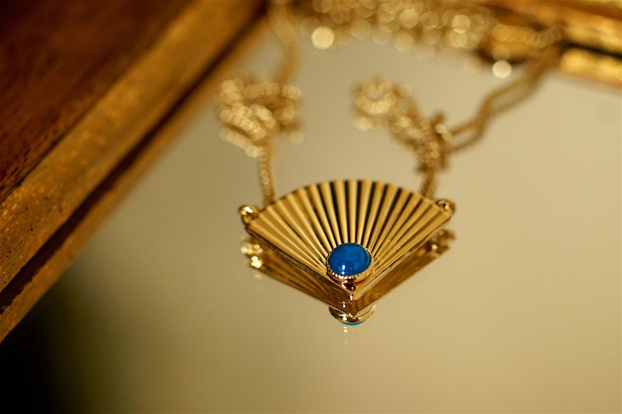 Bijoux-de-créateur-fantaisie-en-or-fait-à-la-main-artisanaux-à-Paris-en-France