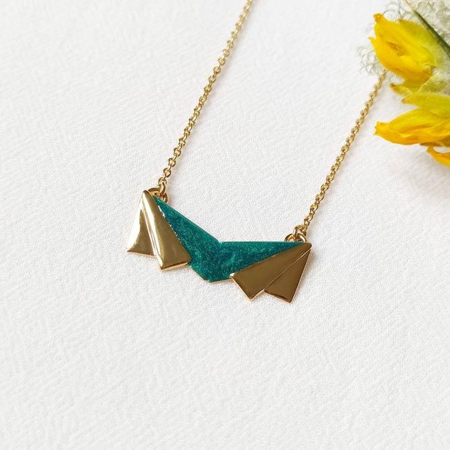 Bijoux-de-créateur-fantaisie-collier-court-email-vert-doré-à-l-or-fin