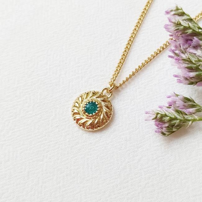 Bijoux-de-créateur-fantaisie-collier-court-avec-un-pendentif-email-vert-doré-à-l-or-fin
