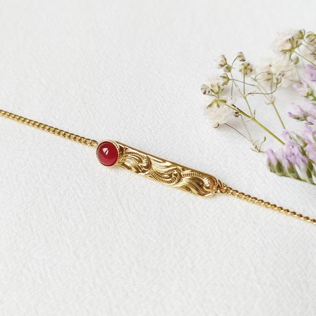 Bijoux-fantaisie-de-créateur-avec-une-pierre-naturelle-rouge-doré-à-l-or