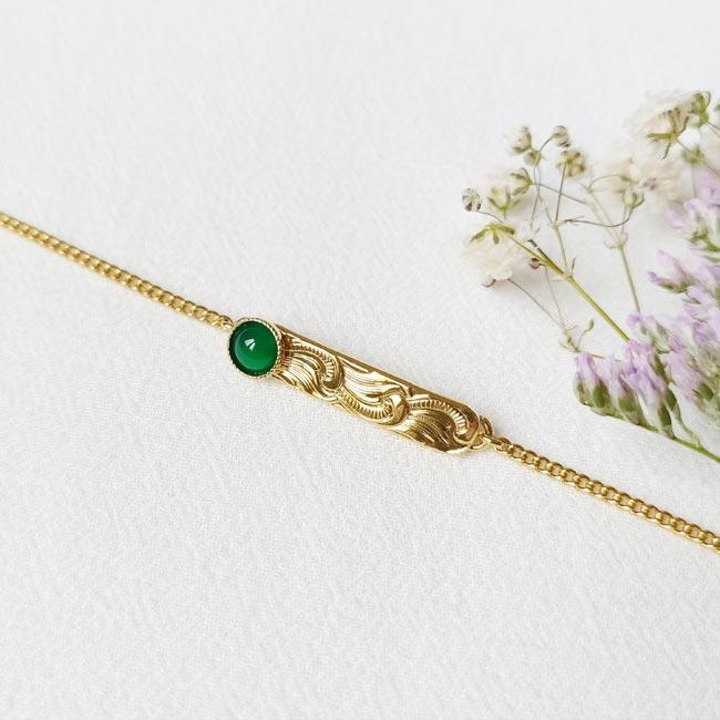 Bijoux-fantaisie-de-créateur-avec-une-pierre-naturelle-vert-doré-à-l-or