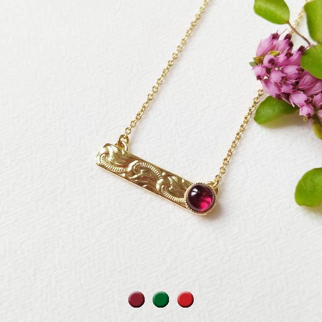 Collier-avec-une-pierre-naturelle-grenat-bijoux-de-créateur-fantaisie-fait-à-la-main-à-paris