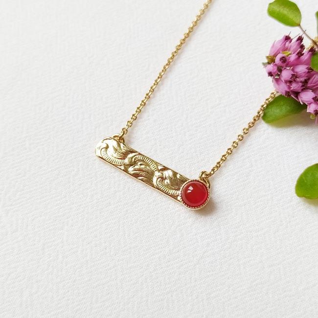 Collier-avec-une-pierre-naturelle-rouge-bijoux-de-créateur-fantaisie-fait-à-la-main-à-paris