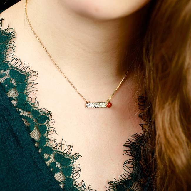 Collier-avec-une-pierre-naturelle-rouge-bijoux-de-créateur-fantaisie-fait-à-la-main-à-paris2