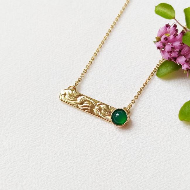 Collier-avec-une-pierre-naturelle-verte-bijoux-de-créateur-fantaisie-fait-à-la-main-à-Paris