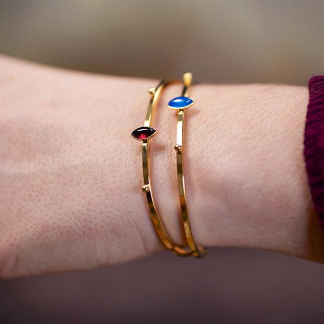 Bijoux-fantaisie-de-créateur-bracelet-jonc-avec-pierre-grenat-fait-à-la-main-à-Paris2