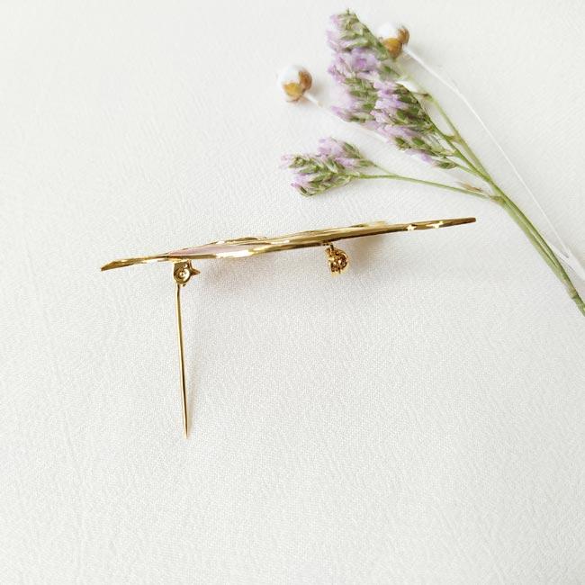 Bijoux-fantaisie-de-créateur-broche-doré-avec-feuille-fait-à-la-main