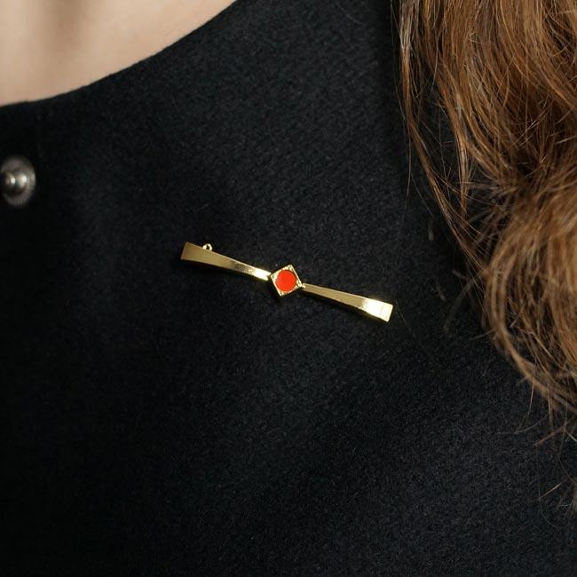 Bijoux-fantaisie-de-créateur-broche-doré-noeud-rouge-fait-main