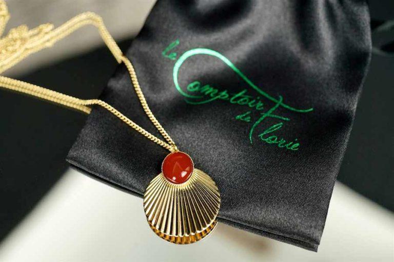 Sautoir-créateur-fantaisir-avec-une-pierre-rouge-fait-à-la-main-à-Paris