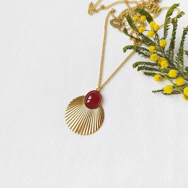 Sautoir-avec-pierre-rouge-bijoux-de-créateur-fantaisie-fait-à-la-main-à-Paris