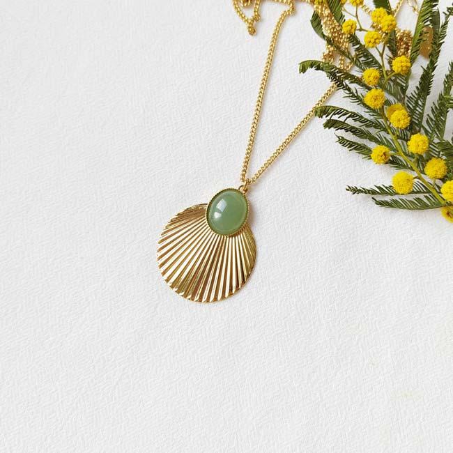 Sautoir-avec-pierre-verte-bijoux-de-créateur-fantaisie-fait-à-la-main-à-Paris