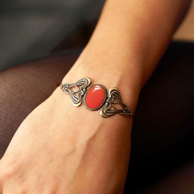 Bracelet-bronze-de-créateur-fantaisie-rouge-fait-main-à-Paris