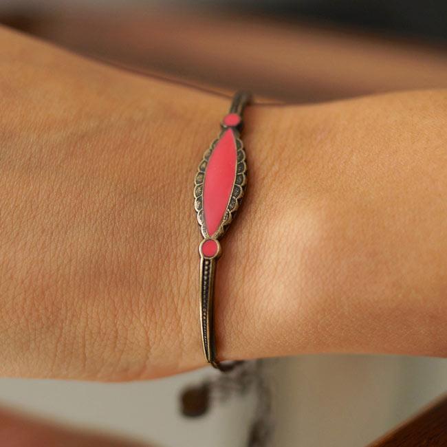 Bracelet-bronze-de-créateur-fantaisie-rose-fait-main-à-Paris