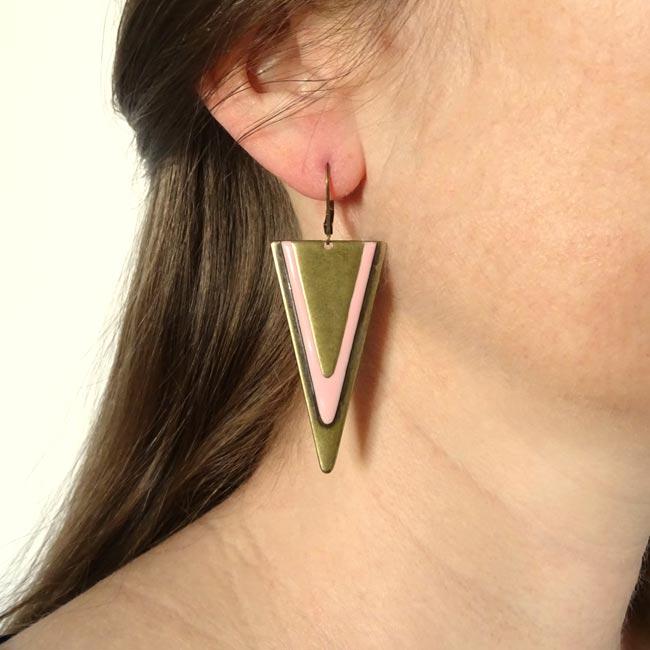 Bijoux-de-créateur-fantaisie-boucles-d-oreilles-bronze-email-rose-fait-main-à-Paris
