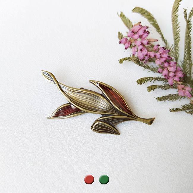 Broche-bronze-fantaisie-de-créateur-feuille-rouge-fait-main-à-Paris