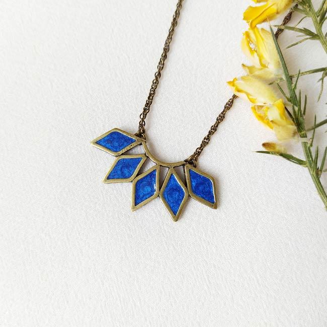 Collier-bronze-de-créateur-fantaisie-email-bleu-roi-fait-main-à-Paris