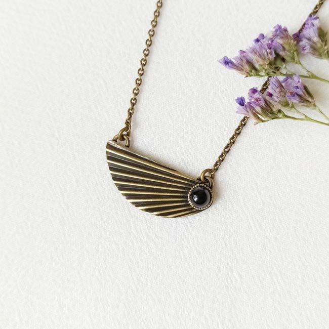 Collier-bronze-de-créateur-fantaisie-pierre-agate-noire-fait-main-à-Paris