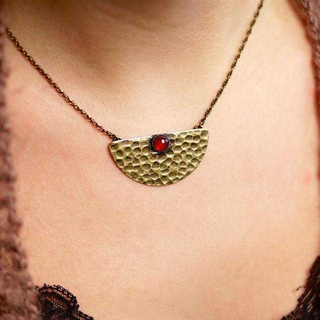 Collier-bronze-de-créateur-fantaisie-pierre-rouge-cornaline-fait-main-à-Paris