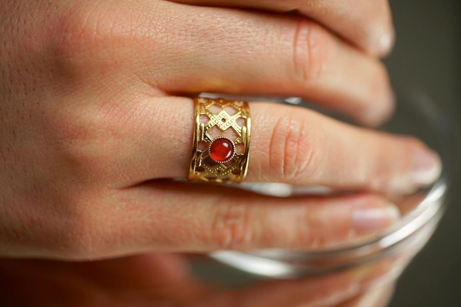 Bague-fantaisie-de-créateur-en-or-avec-une-agate-rouge-fait-à-la-main