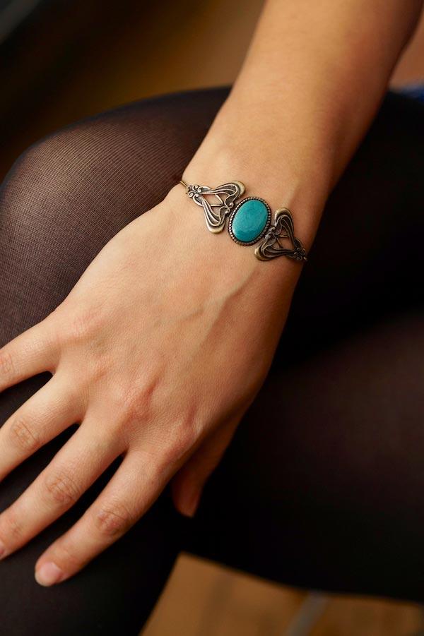 Bracelet-de-créateur-fantaisie-finition-bronze-avec-de-l-email-bleu-fait-à-la-main