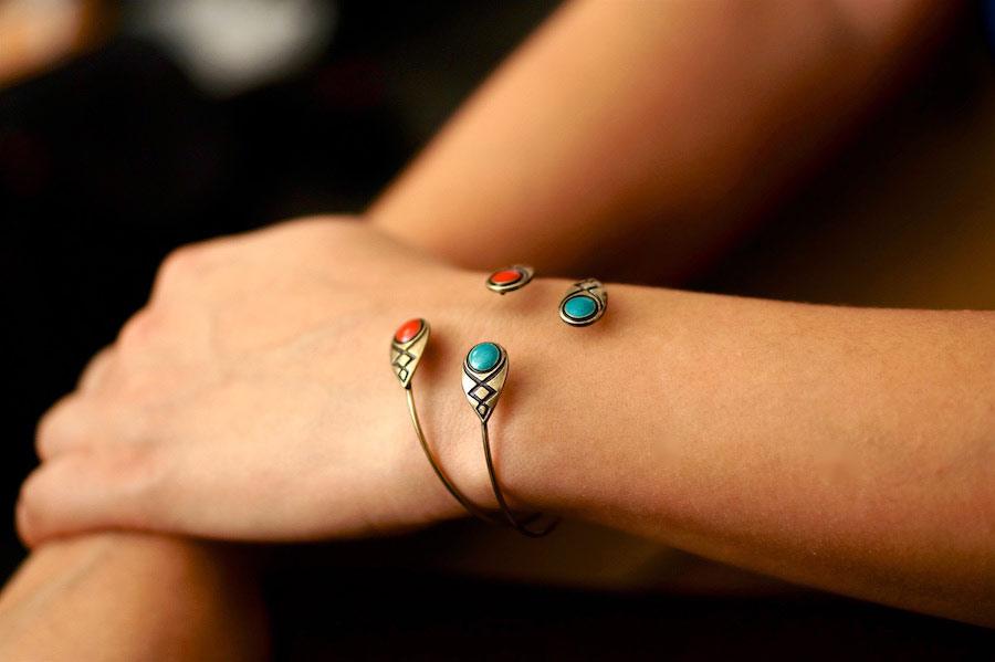 Bracelet-jonc-de-créateur-fantaisie-finition-bronze-avec-de-l-email-fait-main