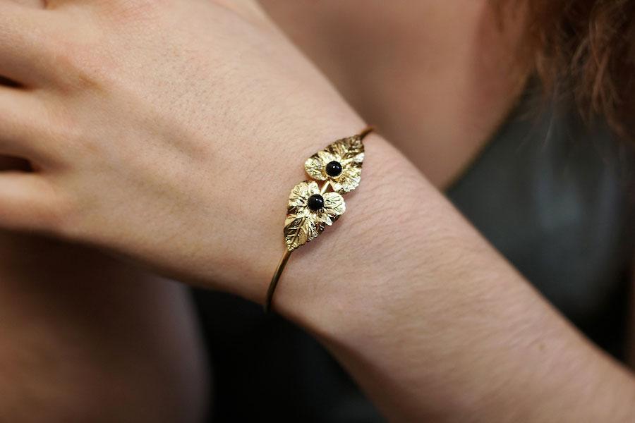 Bracelet-jonc-de-créateur-fantaisie-or-feuille-agate-noire-fait-main