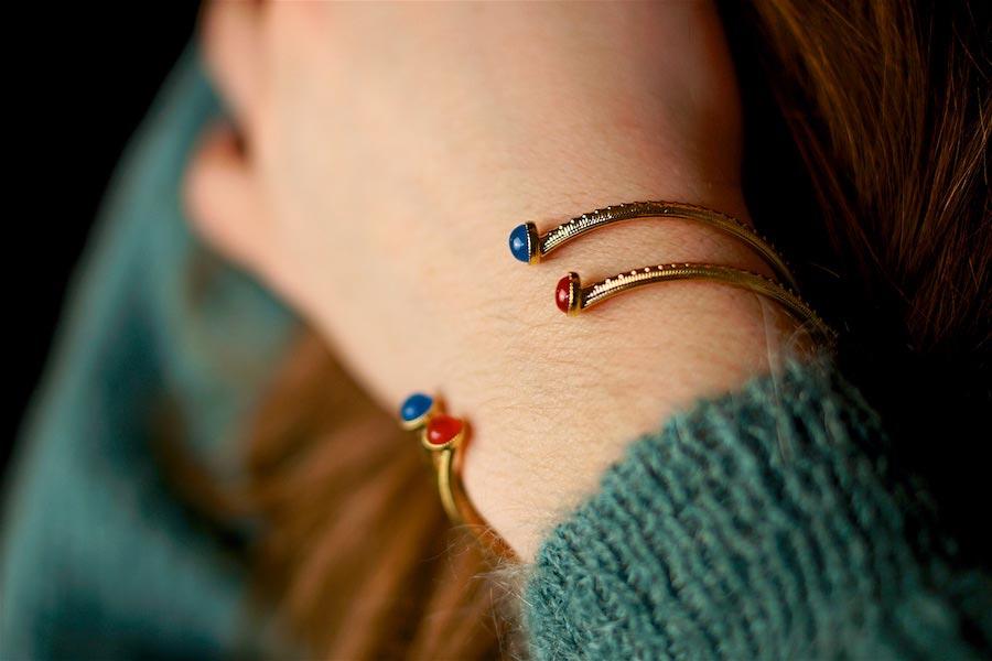Bracelet-jonc-de-créateur-fantaisie-en-or-avec-une-pierre-naturelle-fait-à-la-main