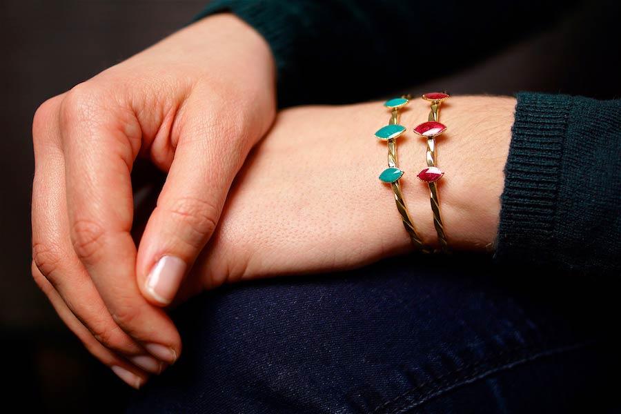Bracelet-jonc-fantaisie-de-créateur-en-or-avec-de-l-email-fait-à-la-main-à-Paris