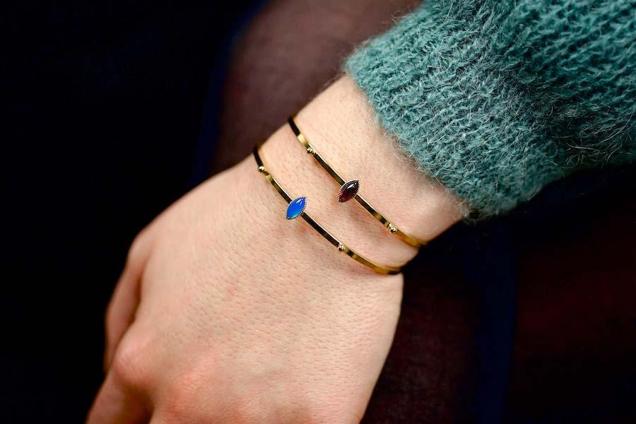 Bracelet-jonc-fantaisie-de-créateur-en-or-avec-des-pierres-naturelles-fait-à-la-main