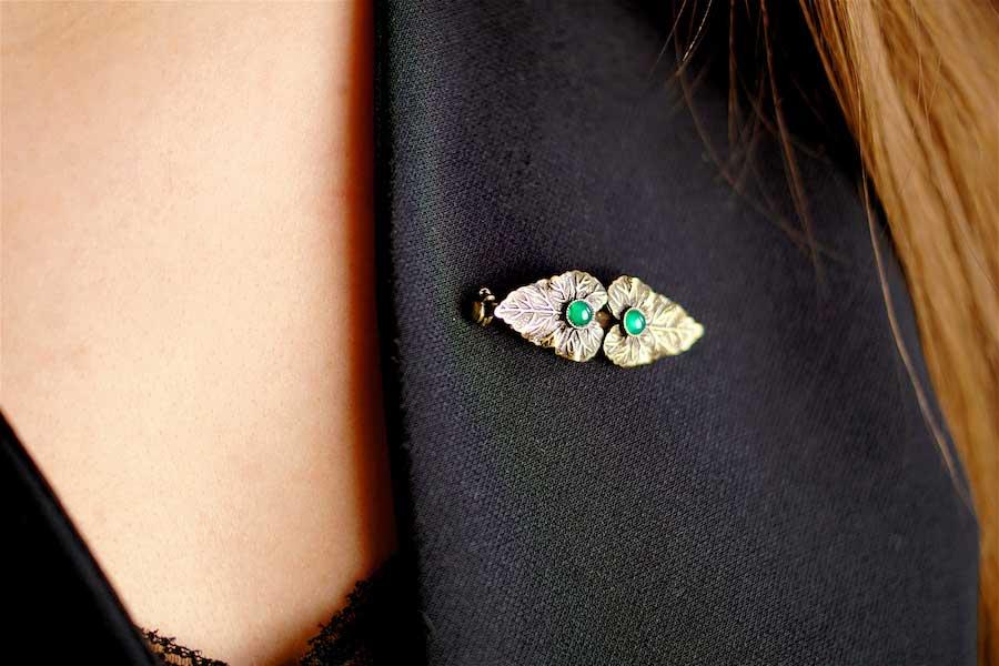Broche-fantaisie-de-créateur-finition-bronze-avec-une-agate-verte-fait-à-la-main