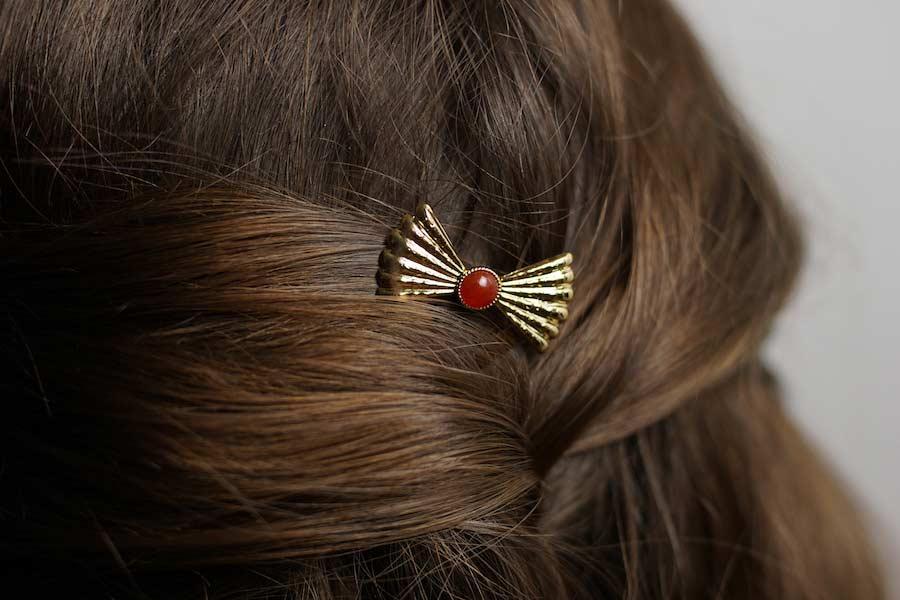 Pic-cheveux-fantaisie-de-créateur-en-or-avec-une-agate-rouge-fait-main