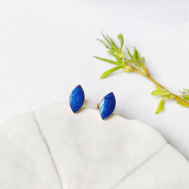 Bijoux-de-créateur-fantaisie-boucles-puces-d-oreilles-en-or-bleu-marine-fait-main-à-Paris
