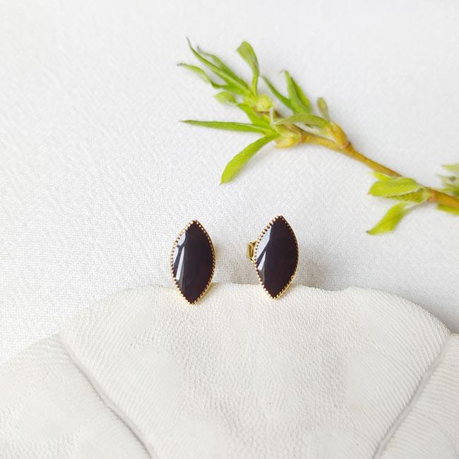 Bijoux-de-créateur-fantaisie-boucles-puces-d-oreilles-en-or-noir-fait-main-à-Paris
