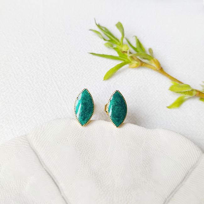 Bijoux-de-créateur-fantaisie-boucles-puces-d-oreilles-en-or-vert-fait-main-à-Paris