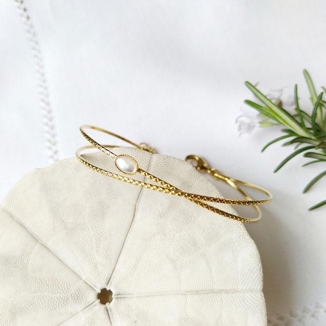 Bracelet-jonc-fait-main-de-créateur-en-or-réglable-pour-femme-avec-pierre-blanche-fabriqué-à-Paris