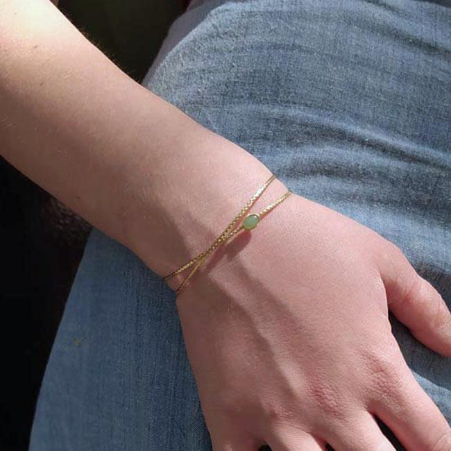 Bracelet-jonc-fait-main-de-créateur-en-or-réglable-pour-femme-avec-une-pierre-verte-fabriqué-en-France-t